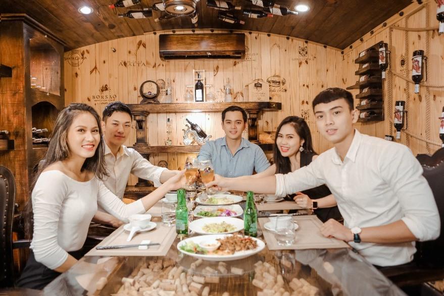 Khám phá nhà hàng rượu vang ốp gỗ độc đáo tại Sài Gòn