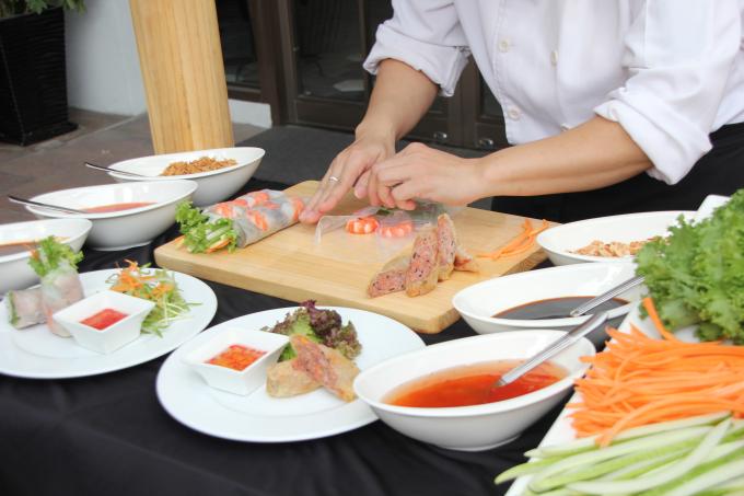 Món gỏi cuốn và chả giò đặc biệt tại khách sạn Eastin Grand Saigon