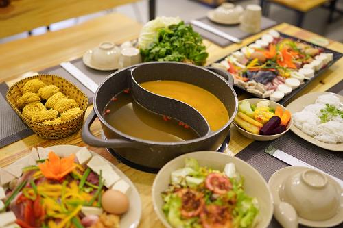 Thưởng thức buffet lẩu rau giữa phố biển Nha Trang