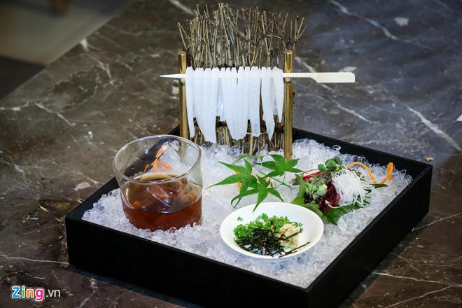 Thưởng thức món mì mực tươi được phục vụ bởi các geisha đúng kiểu Nhật