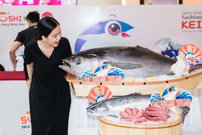 Thưởng thức sashimi chế biến từ cá ngừ đại dượng nặng 100 kg